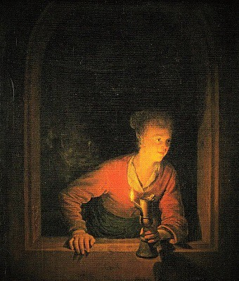 窓際でランプを持つ少女