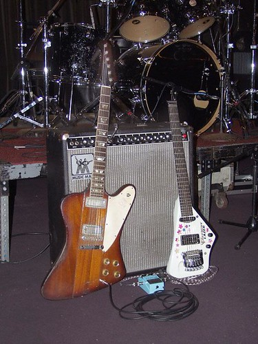 Johnny Winter basis gear: Musicman Amplifier, Gibson Firebird, Lazer guitar, Chorus pedal