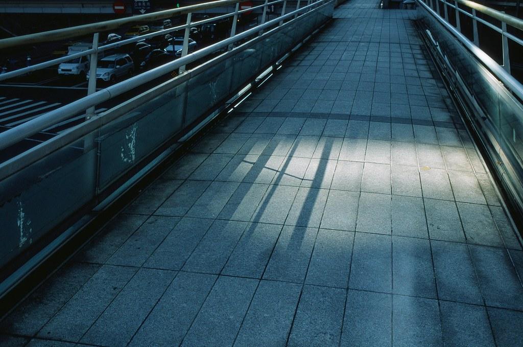 信義路天橋 / Fuji RVP50 / Nikon FM2 信義路上的天橋要消失了,這是之前用 RVP 50 拍的,正片正沖,顏色很漂亮!  我不要天橋消失啦!  Nikon FM2 Nikon AI AF Nikkor 35mm F/2D FUJICHROME Velvia 50 3062-0031 2015-10-27 ~ 2015-11-06 Photo by Toomore