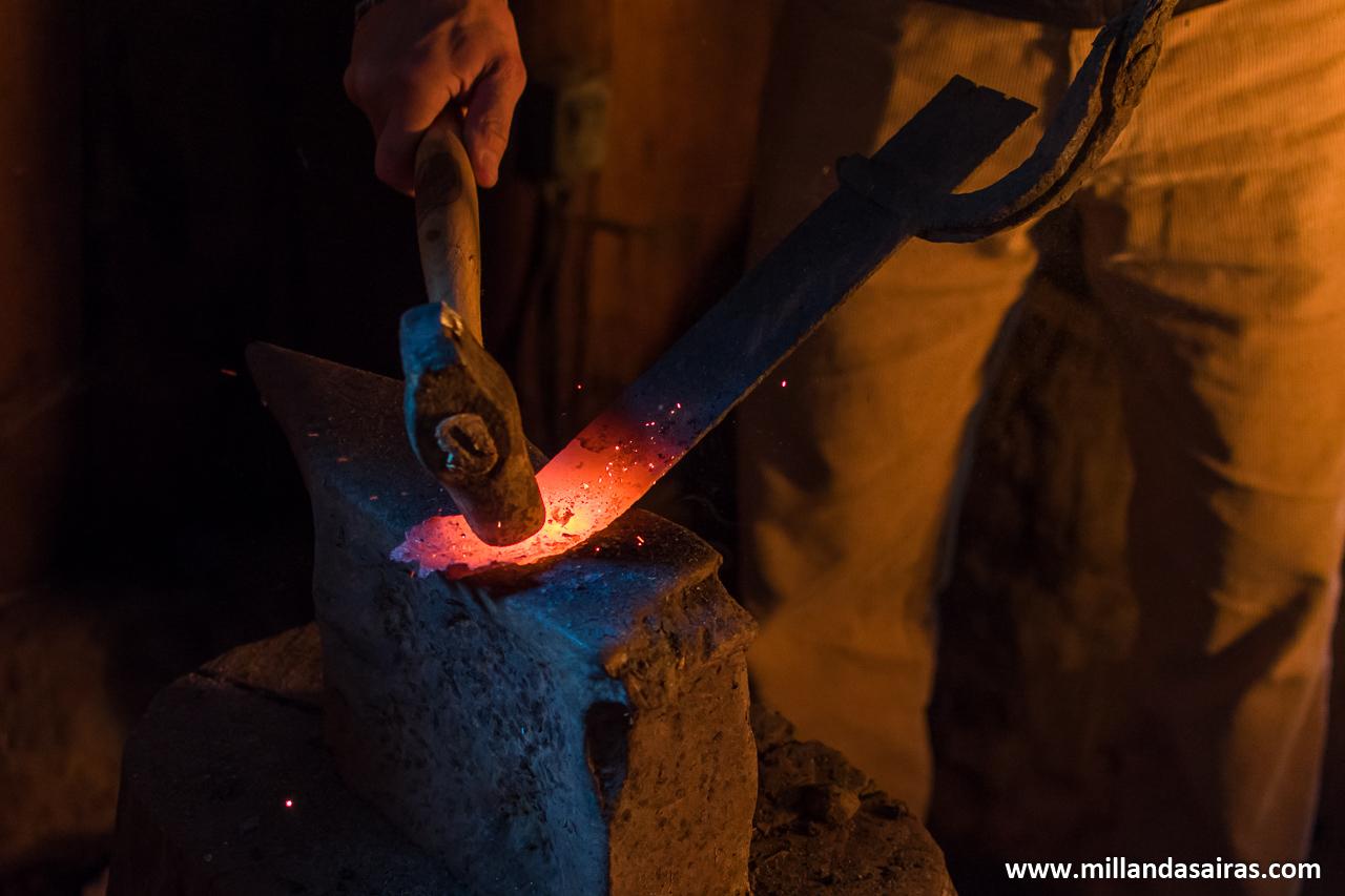 Moldeando el hierro a base de golpes sobre el yunque