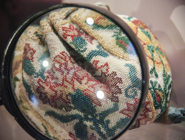 Drawstring purse made of 'sablé' glass beads, France, 18th century