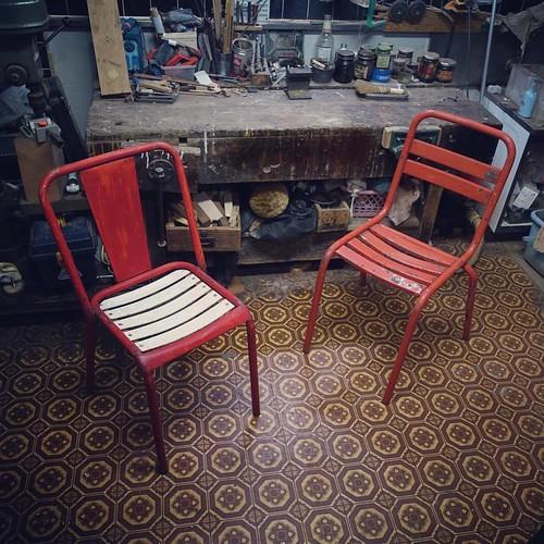 前回のクローズアップはこの椅子でした。浮いた塗装や変に撥ねたペンキを洗い落としてみました。寸法など詳細は後ほど弊社ウェブサイトにアップします。