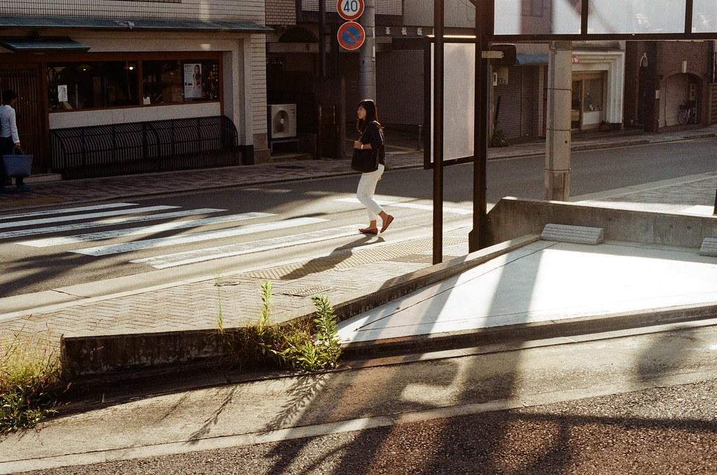 白川通 Kyoto / Kodak ColorPlus / Nikon FM2 2015/09/27 在白川通停留很久,我記得那時候坐在路邊換底片,但是周圍的安靜讓我繼續坐著休息,沒有急著離開。  沿著河堤走,因為高度的關係,可以用一種凌空的角度偷偷觀察這個時段人們的生活。  老實說,京都真的是一個可以待很久的地方,即使現在回憶起來,還可以感受到當時的安靜與溫暖的陽光。  雖然在河堤上走著走著會有一點點小孤單。  Nikon FM2 Nikon AI Nikkor 50mm f/1.4S Kodak ColorPlus ISO200 0987-0011 Photo by Toomore