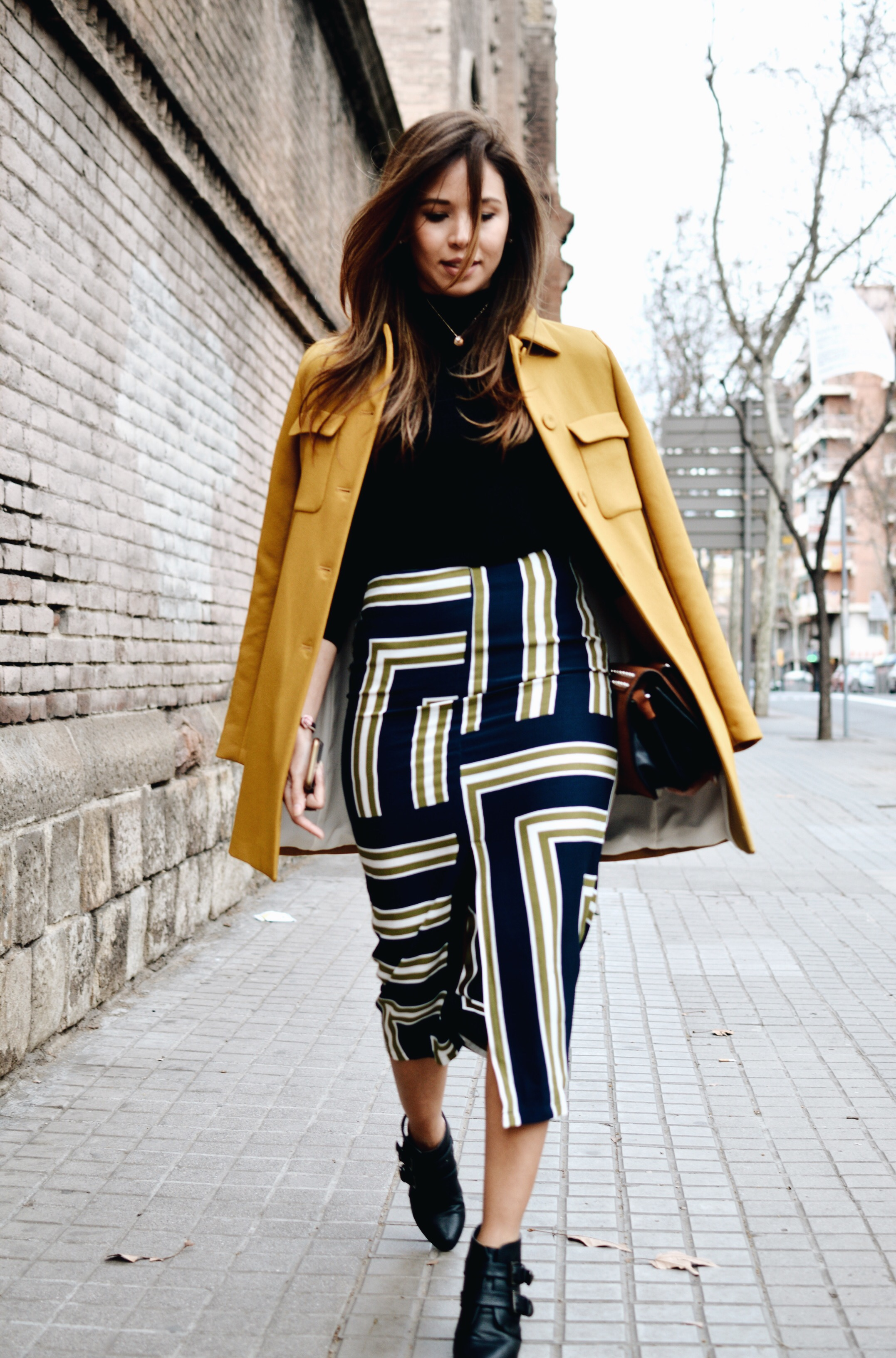 Como usar abrigo amarillo