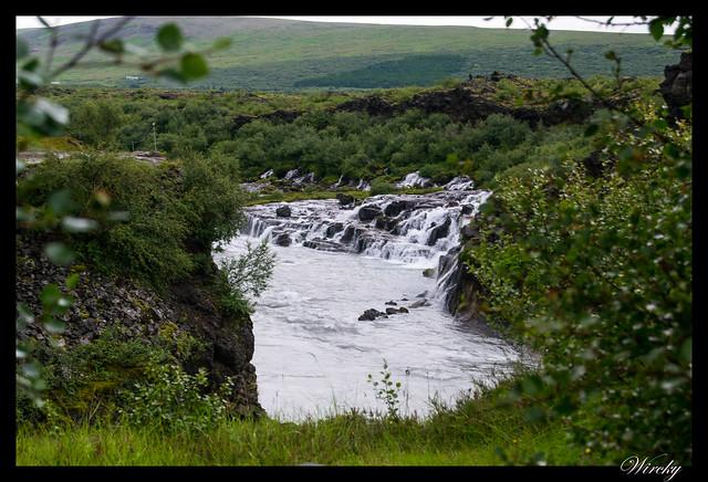 Cascada Hraunfossar desde el camino a Barnafoss
