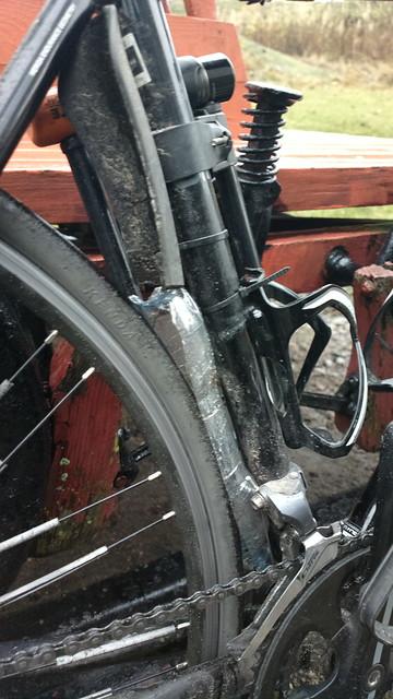 Bikehack: water bottle + zip ties mudguards