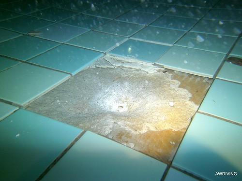 Onderwater tegelreparatie