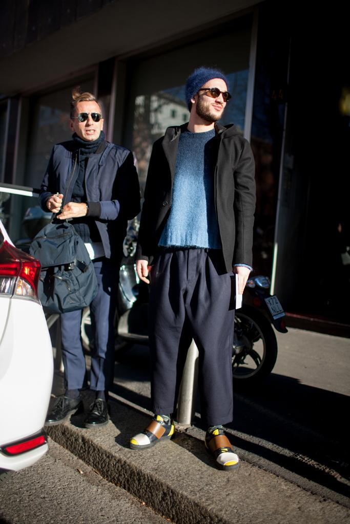 紺ブルゾン×黒タートルネックニット×紺パンツ&黒パーカージャケット×紺グラデーションセーター×紺ワイドパンツ
