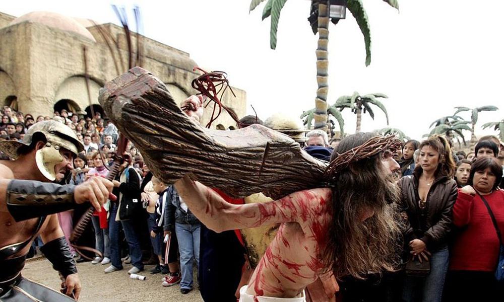 parque-mostra-cena-de-jesus-crucificado-e-fara-versao-em-tamanho-real-da-arca-de-noe