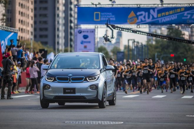【新聞照片二】豪華電動車BMW i3擔任「世界地球日─為地球退燒」路跑活動領跑車