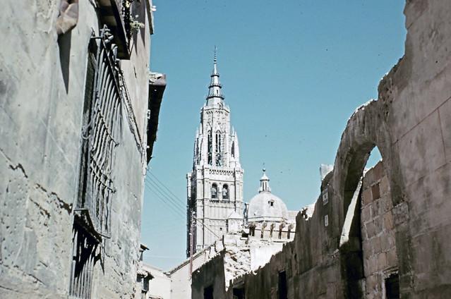 Vista de la Catedral desde la Calle de Santa Isabel en Toledo entre octubre y noviembre de 1960. Fotografías de Joseph Jacobson y Maria del Carmen Rivero Hernández .