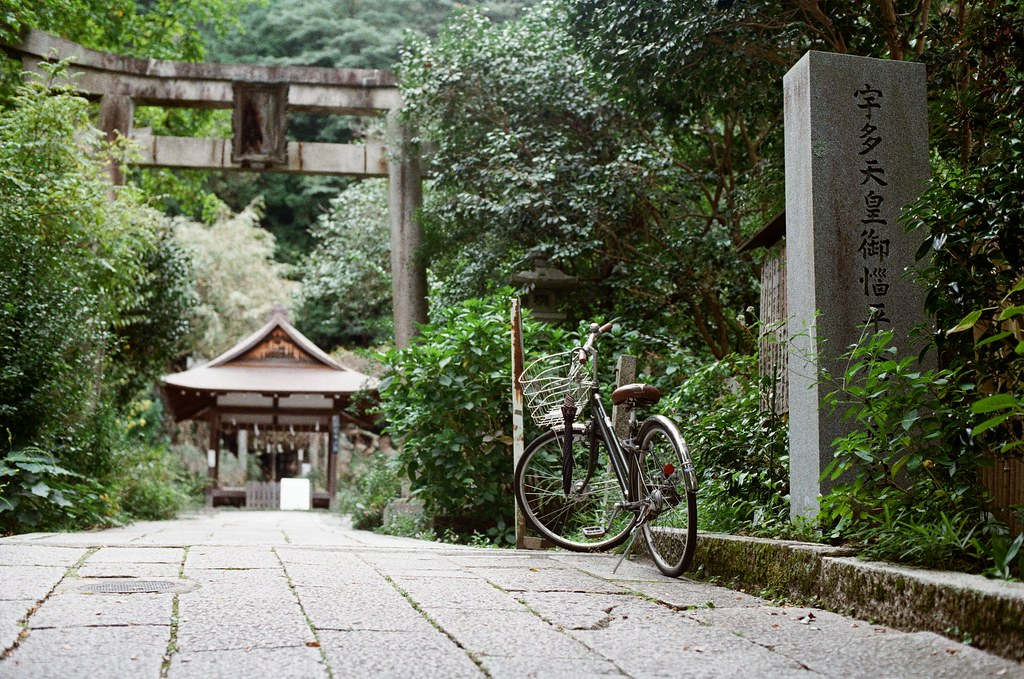 大豐神社 Kyoto / Kodak ColorPlus / Nikon FM2 2015/09/27 三月份的時候有來過一次京都,但是那時候時間很趕,沒有來大豐神社,這裡有兩隻很可愛的老鼠。這次自己在京都待很久,就還是記得要過來這裡拜訪一下。  記得那時候我還是很誠心的許下一樣的願望,後來坐在神社前面的階梯休息一下,這裡很安靜、很舒服。  外面就是銜接哲學之道。  Nikon FM2 Nikon AI Nikkor 50mm f/1.4S Kodak ColorPlus ISO200 0986-0007 Photo by Toomore