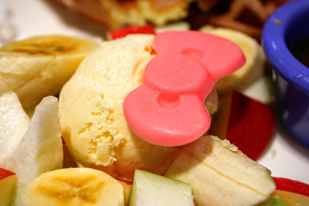 冰淇淋上頭還有一塊蝴蝶結巧克力