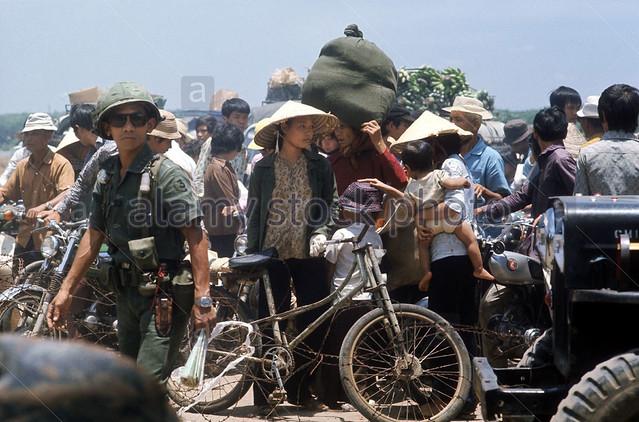 Dân tỵ nạn trên QL1 từ Long Khánh chạy về phía Saigon khi quân Bắc VN tràn xuống.