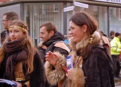 Menschen beim Rosenmontagszug in Mariadorf 2016