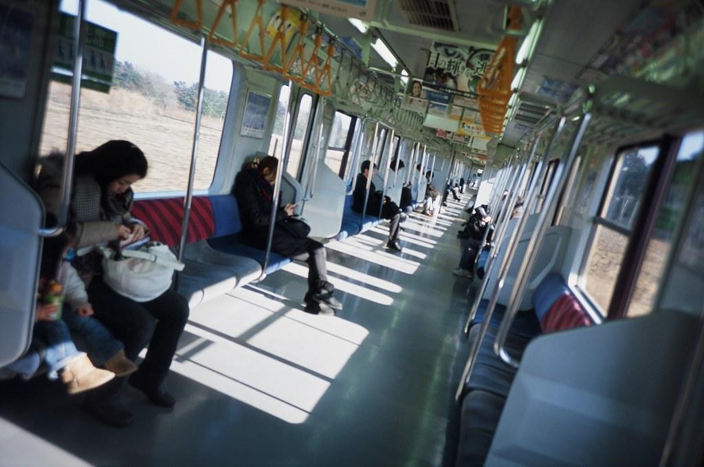 列車 銚子 Japan / Agfa CT Precisa / Lomo LC-A+ 2016/02/05 前往銚子的路上,不喜歡擺著正正的照片構圖,總是在按下快門的前一刻隨意的翻轉,或是故意對齊一條奇怪的延伸線,拍久了會被人發現我的習慣。  Lomo LC-A+ Agfa CT Precisa 35mm 8706-0026 Photo by Toomore