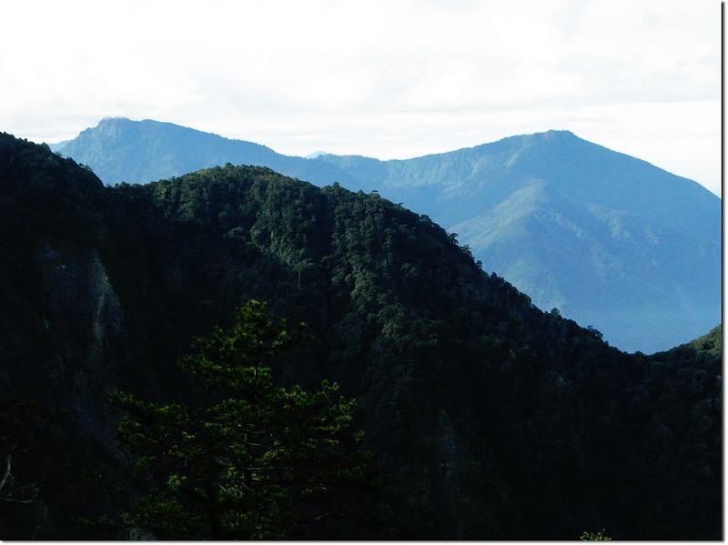 斯拉巴庫山頂南眺石山、溪南山 1