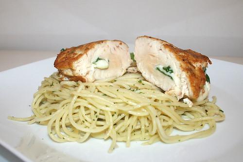 33 - Chicken piccata with garlic spaghetti - Side view / Gefüllte Hähnchen-Piccata mit Knoblauchspaghetti - Seitenansicht
