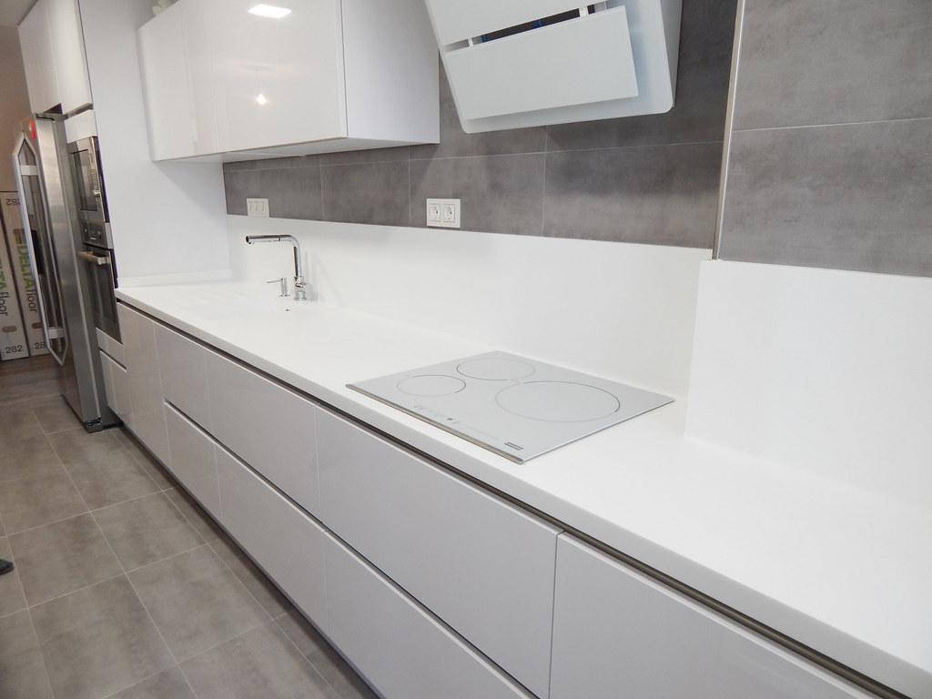 Muebles de cocina en blanco brillante for Muebles altos de cocina