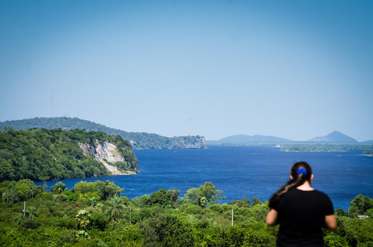 El río Paraguay refleja el cielo azul en la localidad de Vallemí, en el fondo se puede ver la formación rocosa que alberga una de las cavernas más sensacionales: La caverna Kambá Hópo. (Elton Núñez)