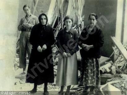 Mujeres al ser liberadas tras el asedio del alcázar el 28 de septiembre de 1936. Fotos de Edward James Abbé (C) Artvalue