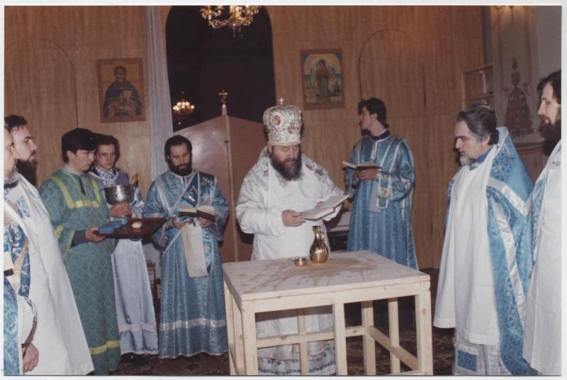 15 февраля 1995 года. Владыка Ириней совершает чин Великого освящения Спасского собора.