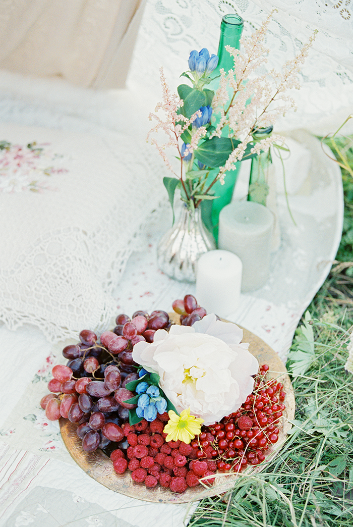 Bohemian wedding inspiration shoot in the countryside with a dose of vibrancy | photo by Igor Kovchegin | https://www.fabmood.com/bohemian-wedding-inspiration-shoot/ Fab Mood - UK wedding blog #bohemian