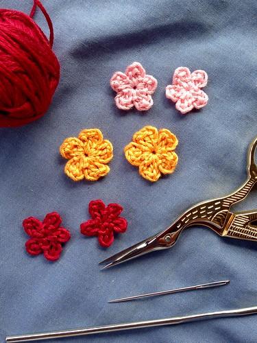 Experimentando con mini flores de crochet