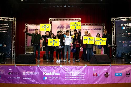 個人創作組的冠軍Nelson由全家陪同上台受獎,並和洪敬堯老師合照