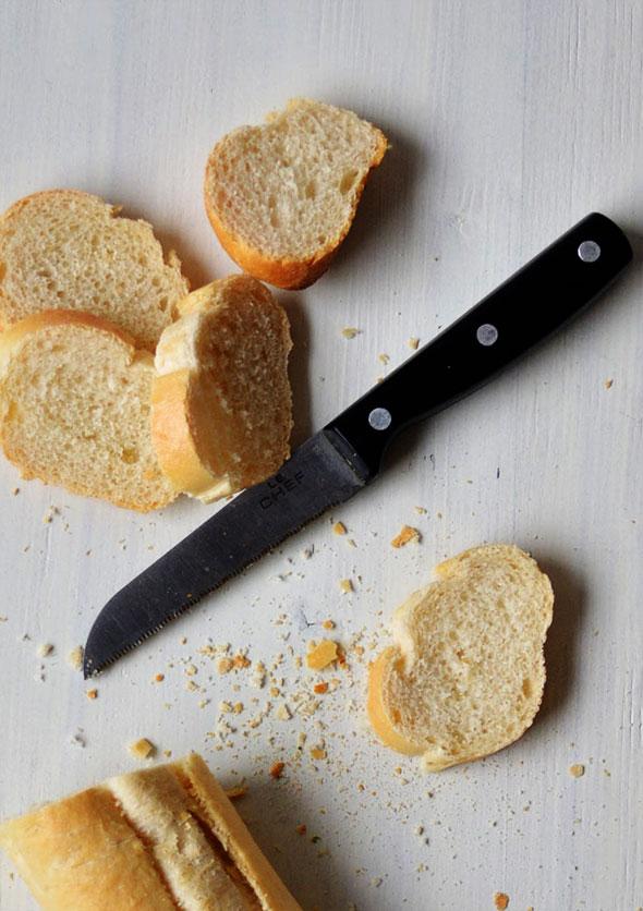 Snijd het brood in dunne sneetjes.