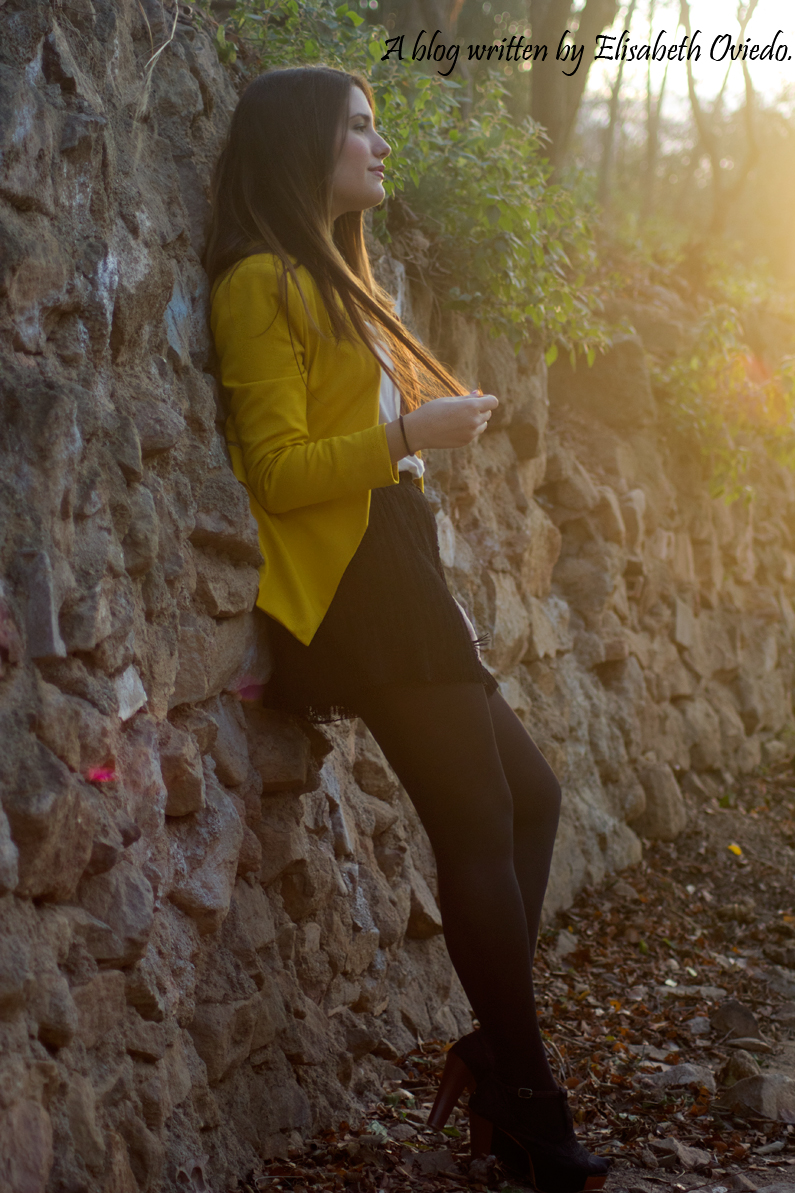 blazer amarilla ZARA shorts encajes Bershka tacones negros look HEELSANDROSES (4)
