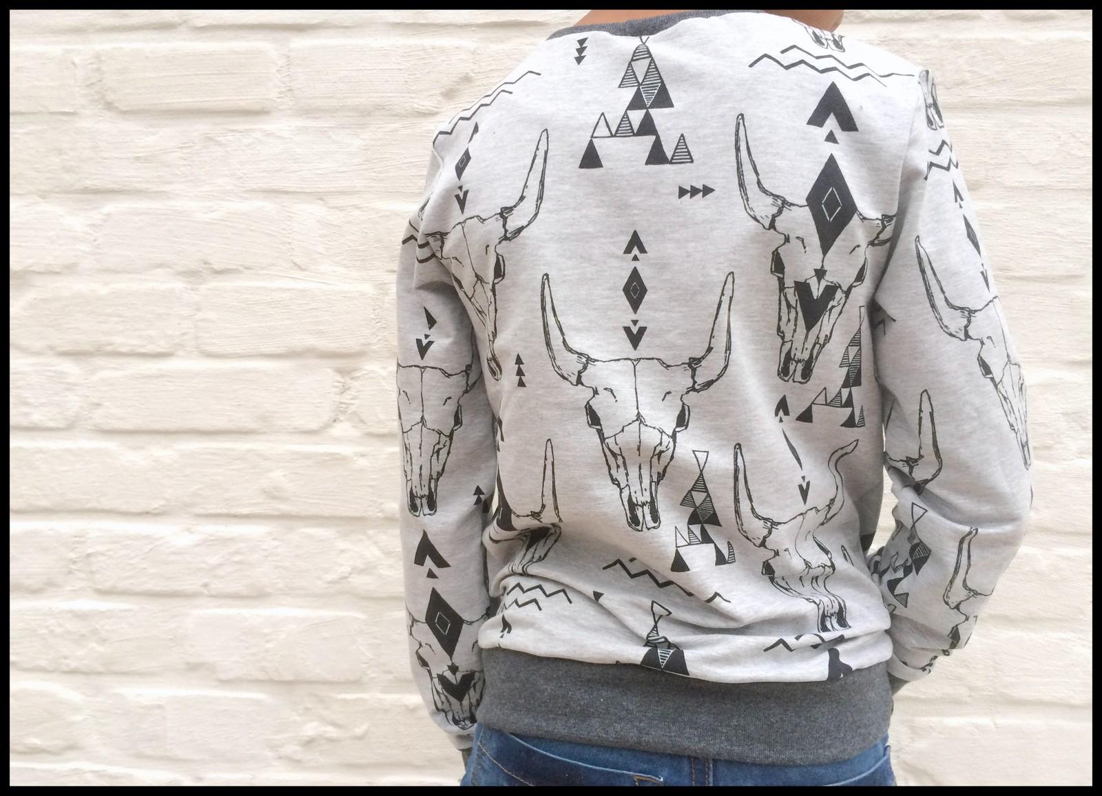 skulls sweater (back)