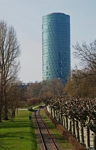 Frankfurt, Westhafen-Tower (Geripptes) und Nizza-Ufer