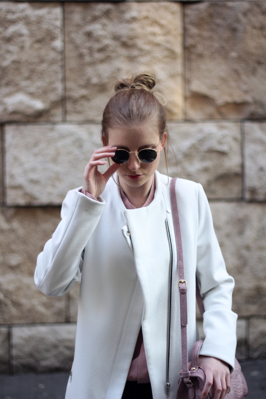 outfit frühling ray ban front girl rosa weiß gold trend spring city look blogger mode mondodellamoda sarah