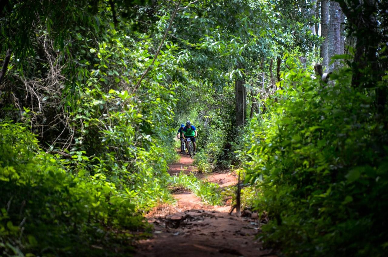 """Dos participantes de la carrera """"Manduara Light"""", de la edición 2015, atraviesan los bosques de Piribebuy en busca del triunfo. (Elton Núñez)"""
