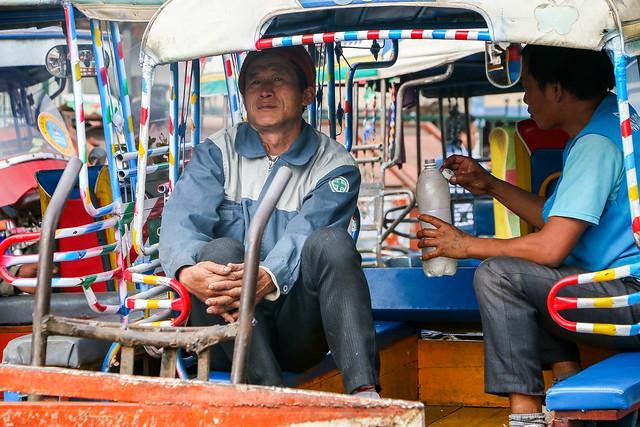Tuk-tuk drivers at Talat Phosi market, Luang Prabang, Laos ルアンパバーン、タラート・ポーシー市場で客待ち中のトゥクトゥクドライバー