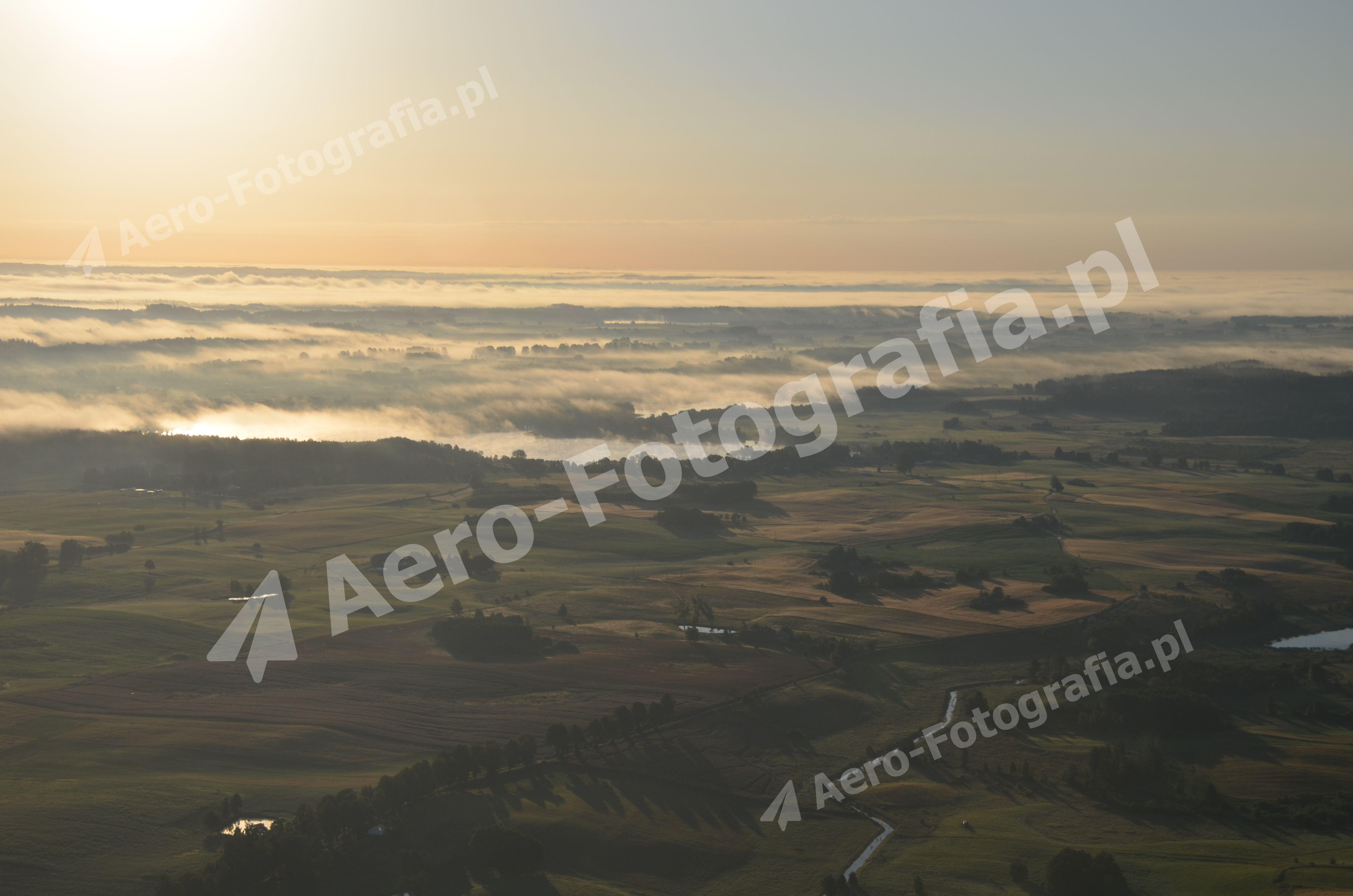 Mazurska przestrzeń pokryta poranną mgłą.