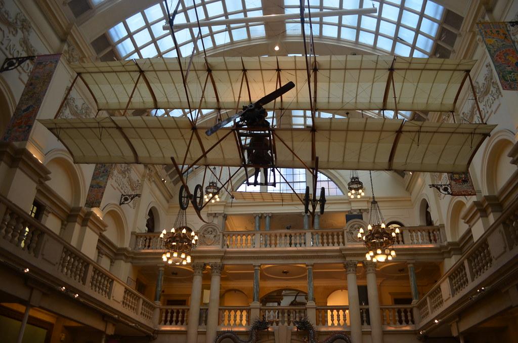 Un des premiers modèles d'avions suspendu dans la cour du musée de Bristol.
