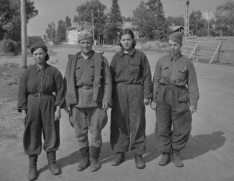 Sotilasvirkailija A.Pekosen ja V.Pietisen pidättämiä ryssiä 3 naista ja 1 mies. Sortavala 1941.08.18 01