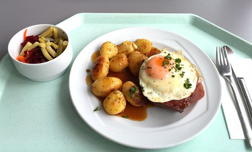 Bavarian meatloaf with fried egg, gravy & roast potatoes / Abgebräunter Leberkäse mit Spiegelei, Bratensauce & Röstkartoffeln