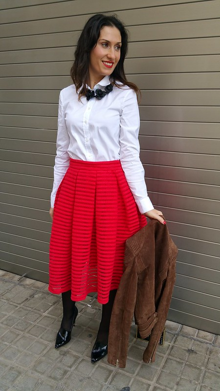 Falda, lady, vuelo, 50, rojo, transparencias, blusa blanca básica, chaqueta perfecto, marrón, stilettos negros, collar rígido flores negras, skirt, fullness, 50's, red, transparencies, basic white blouse, brown jacket, black stilettos, rigid black flowered collar, Massimo Dutti, N12, Zara, Nanüc, Parfois, Mango