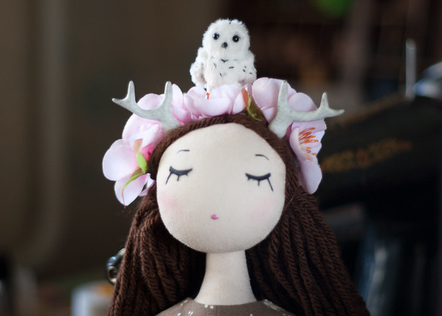 just played with this new girl. her name is Sakura. and this place on her head very cozy for all my tiny animals 😃 #doll #art #sakura #deer #girl #handmade #toys #toyphotography #owl #flowers #spring