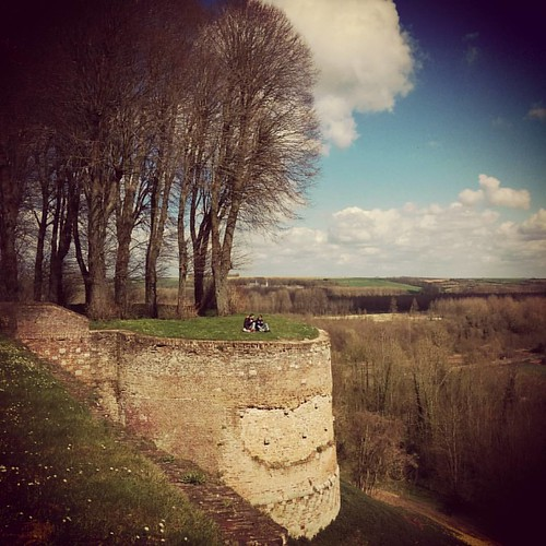 Yesterday we visited Montreuil-sur-Mer, and old medieval wall that's now a peaceful green walk around the town. 🍀 #weekendjeweg #holiday #montreuilsurmer #medieval #france #beautifulfrance #cotedopale #nordpasdecalais #nordpasdecalaistour