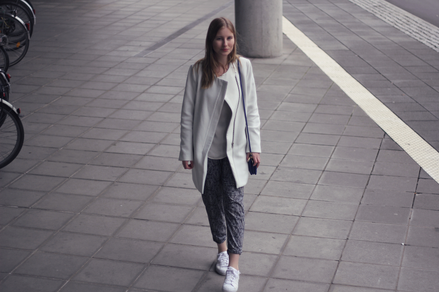 outfit paisley trousers white coat mango asos adidas urban outfitters street style frankfurt blogger sarah bronde