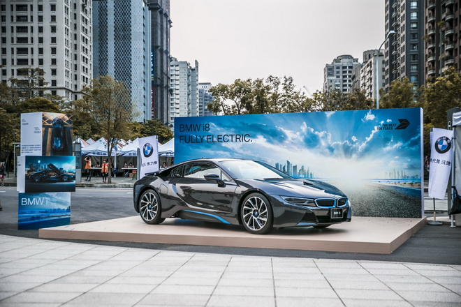 【新聞照片三】「世界地球日─為地球退燒」活動現場同時展出BMW i8插電式油電混合跑車