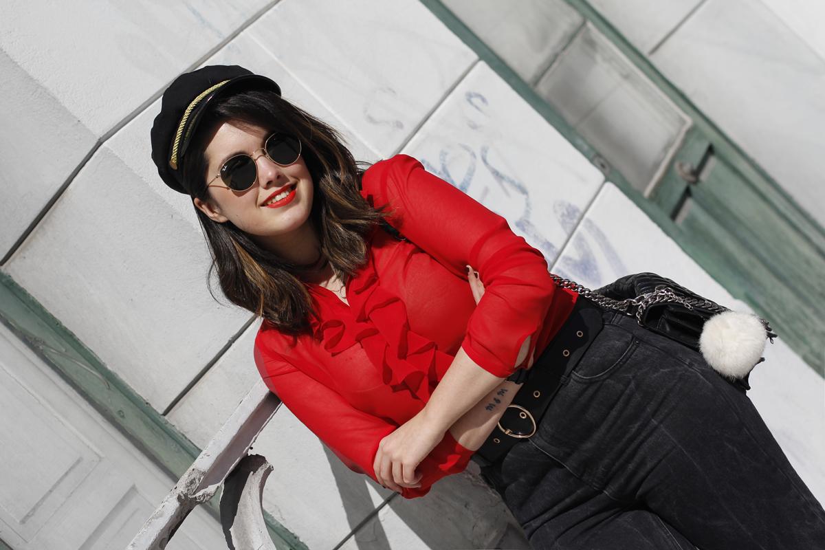 Blusa roja de la pipa de la paz confeccionada en galicia con mom jeans y gafas redondas rayban streetstyle
