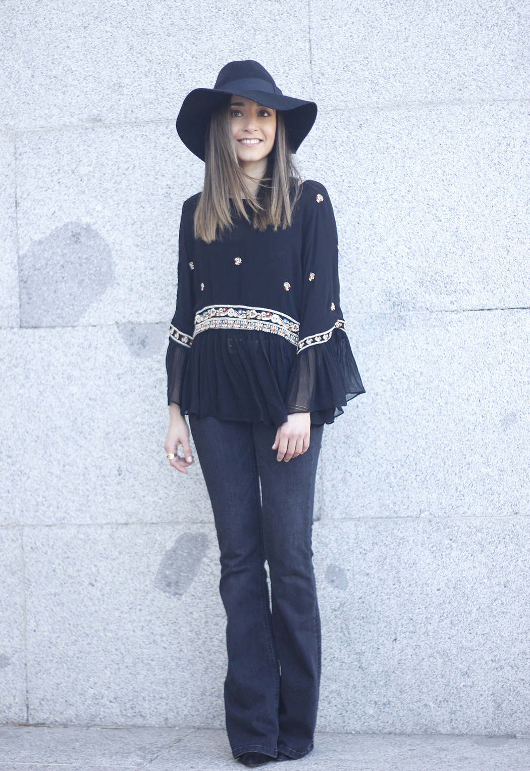 flared jeans boho blouse hat accessories outfit fashion09