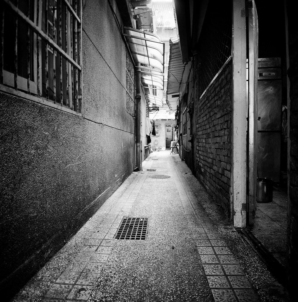 忠駝國宅 Taipei, Taiwan / Kodak TRI-X 400 / Lomo LC-A 120 2015/11/13 拿著 Lomo LC-A 120 裝黑白底片到處拍,一直在練習估焦,到這張很簡單,直接推到無限遠拍。  拍的時候沒想那麼多,但效果還不錯,就一格格密集的概念。  Lomo LC-A 120 Kodak TRI-X 400 / 400TX 120mm 3527-0001 Photo by Toomore