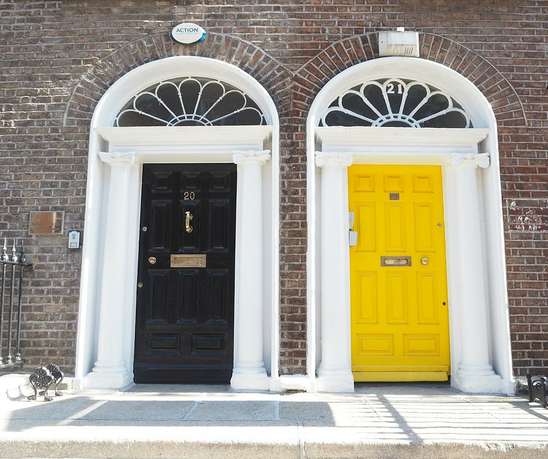 merrionsquareP4171608, merrion square, dublin, ireland, irlanti, southside, dublin citycentre, city, kaupunki, aukio, bright colors doors, värikkäät over, colorful doors, yellow, black, musta, keltainen, sisäänkäynti, entrance, entry, way in, upeat, great, fine entrance,