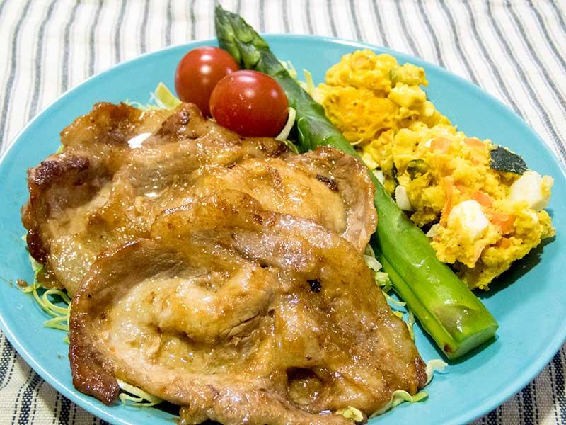 豚の生姜焼きとアスパラガスとサラダ